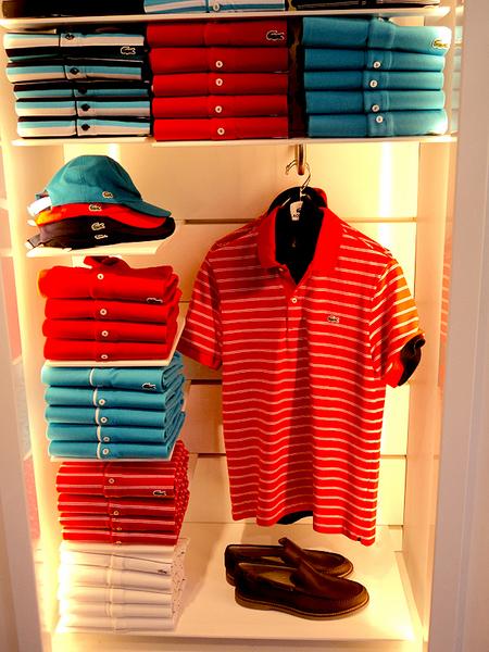 Lacoste é famosa hoje pela sua icônica camisa pólo, disponível em ampla  variedade de cores a cada temporada  as lojas oferecem peças clássicas e  esportivas ... 87fa5ae7d2